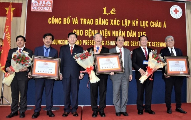 At the ceremony to present certificates of Asian records to Nhan Dan 115 Hospital.