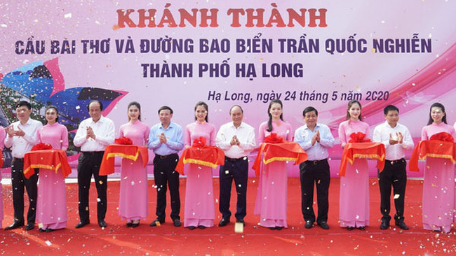 PM Nguyen Xuan Phuc attends a ceremony to inaugurate a road in Quang Ninh's capital city of Ha Long. (Photo: VGP)