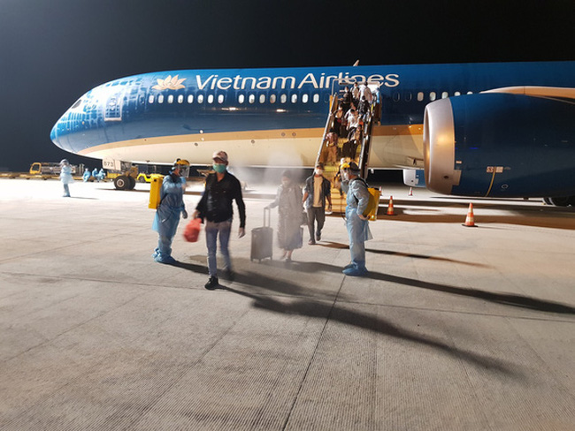 Passengers disembark a Vietnam Airlines plane at Can Tho International Airport in Can Tho City, southern Vietnam, May 3, 2020. Photo: Vietnam Airlines