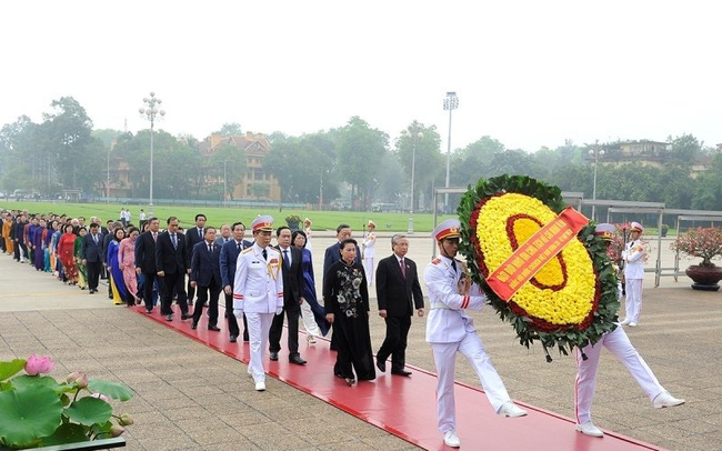 NA deputies pay tribute to President Ho Chi Minh at his mausoleum. (Photo: NDO)