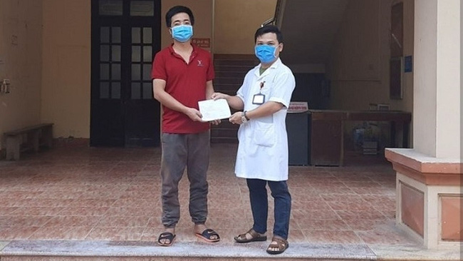 A COVID-19 patient is discharged from the Ninh Binh General Hospital.