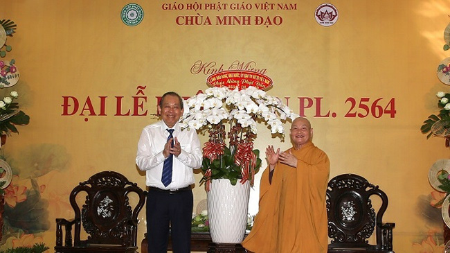 Deputy Prime Minister Truong Hoa Binh (L) extends his greetings to Most Venerable Thich Thien Nhon, Chairman of the Vietnam Buddhist Sangha Executive Board. (Photo: VGP)