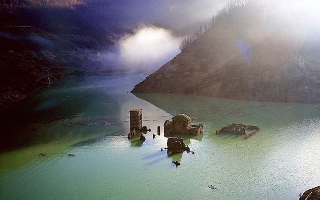 """Ngôi làng """"ma"""" ở Italy nổi lên sau gần 1 thế kỷ chìm dưới nước - ảnh 3"""