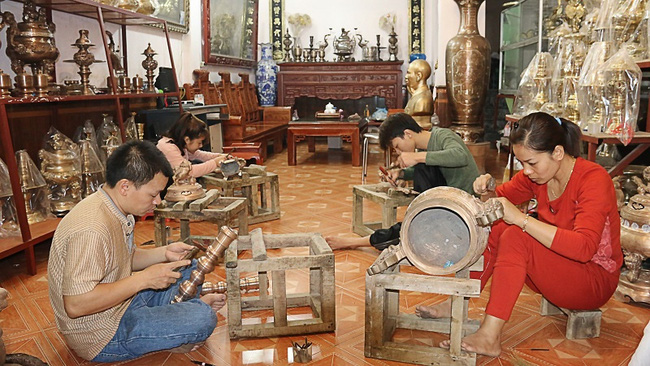 Making bronzeware in Hung Yen Province
