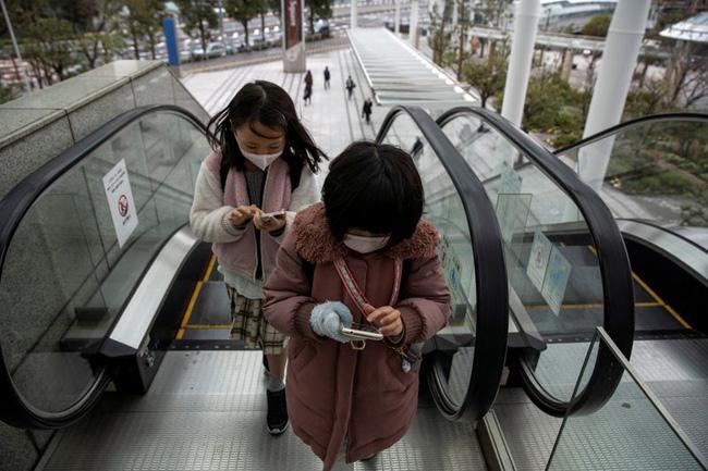 Nhật Bản dự định sẽ cấm dùng điện thoại trong khi đi bộ trên đường - ảnh 4