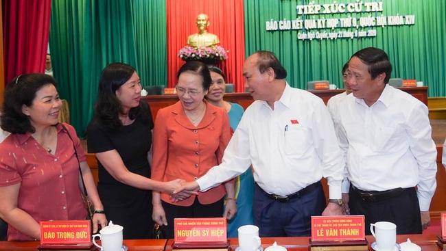 PM Nguyen Xuan Phuc and local voters. (Photo: VGP)