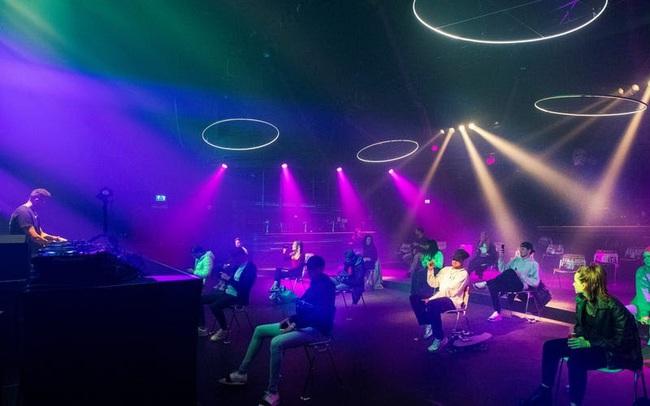 """Bar và club đang trở nên """"quái dị"""" hơn bao giờ hết do COVID-19 - ảnh 9"""