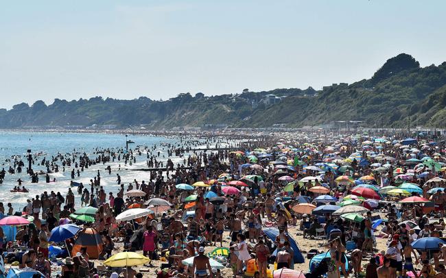 Tiềm ẩn nguy cơ bùng phát COVID-19, chính quyền Anh cảnh báo đóng cửa các bãi biển - ảnh 3