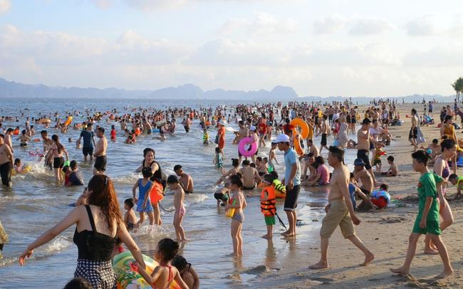 Cuối tuần, hàng chục ngàn người chen chân tắm biển Bãi Cháy - ảnh 8