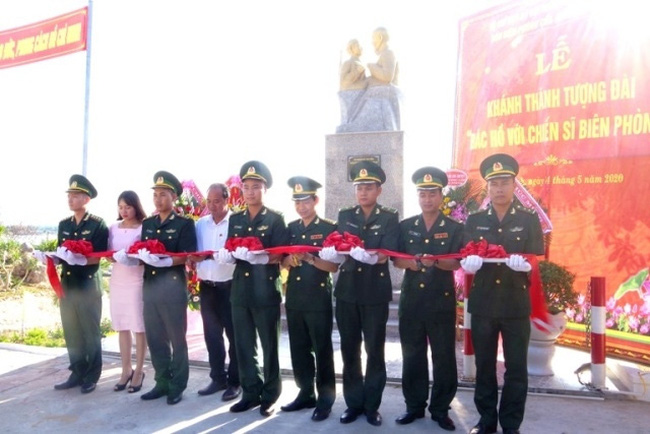 Officers of the Chan May Port border station cut the ribbon to inaugurate the monument. (Photo: NDO)