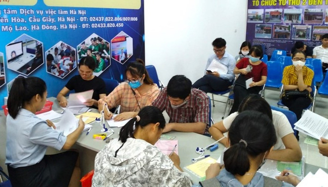 People file for unemployment benefits at a job centre in Hanoi. (Photo: Lao Dong Newspaper)