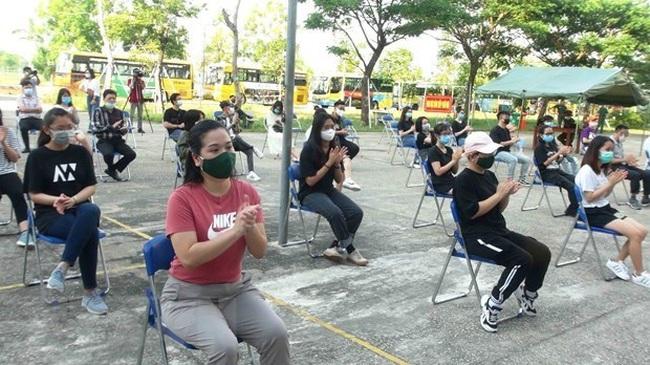Some Vietnamese citizens prepare to leave a quarantine site in Quang Nam province. (Photo: VNA)
