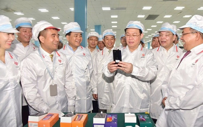 Secretary of the Hanoi Party Committee Vuong Dinh Hue and delegates tour Vingroup's Vinsmart manufacturing plant at the Hoa Lac Hi-Tech Park. (Photo: Hanoimoi)