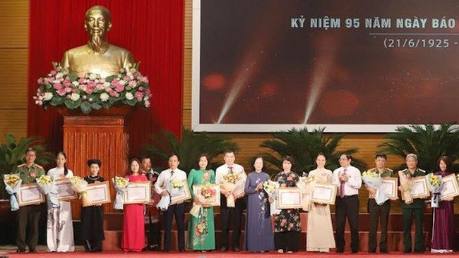 Outstanding journalists honoured at the conference held in Hanoi on June 13. (Photo: sggp.org.vn)