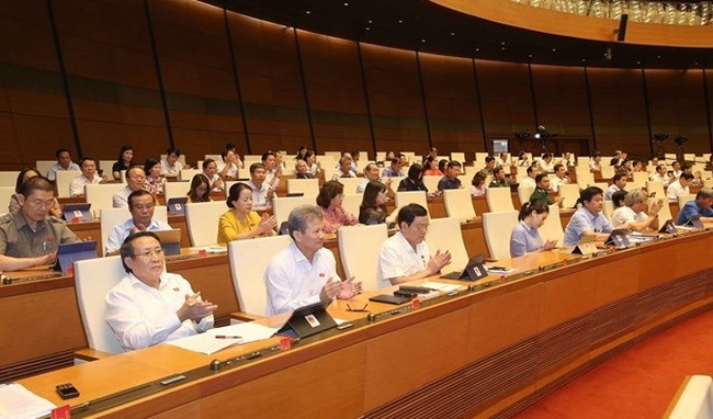 Legislators at the June 18 sitting, part of the National Assembly's ninth session in Hanoi (Photo: VNA)
