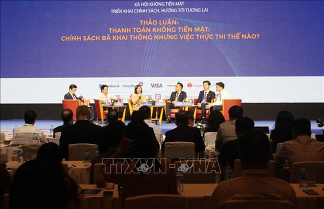 A seminar on cashless society is held in Ho Chi Minh City on June 12 to discuss cashless payment. (Photo: VNA)