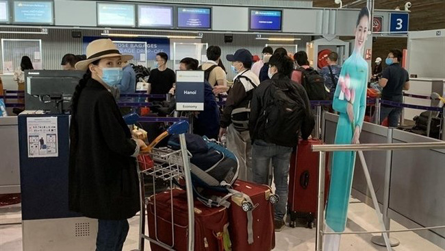 Vietnamese nationals check in for flights back to Vietnam from France. (Photo: VNA/VNS)