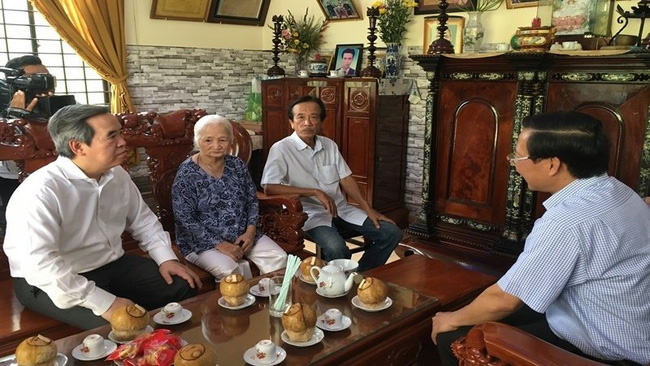 Politburo member and Head of the Party Central Committee's Economic Commission Nguyen Van Binh visits the family of Heroic Vietnamese Mother Le Thi Khanh.