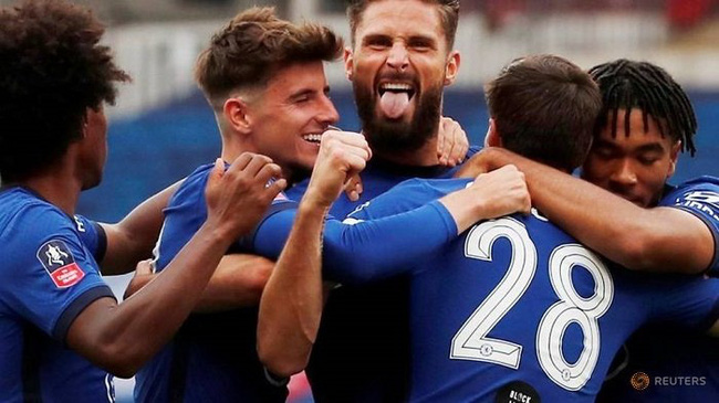 Soccer Football - FA Cup Semi Final - Manchester United v Chelsea - Wembley Stadium, London, UK - July 19, 2020 Chelsea's Olivier Giroud celebrates scoring their first goal with teammates, as play resumes behind closed doors following the outbreak of the coronavirus disease. (Reuters)