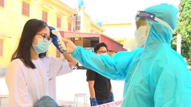Measuring body temperature at a quarantine area (Photo: VNA)