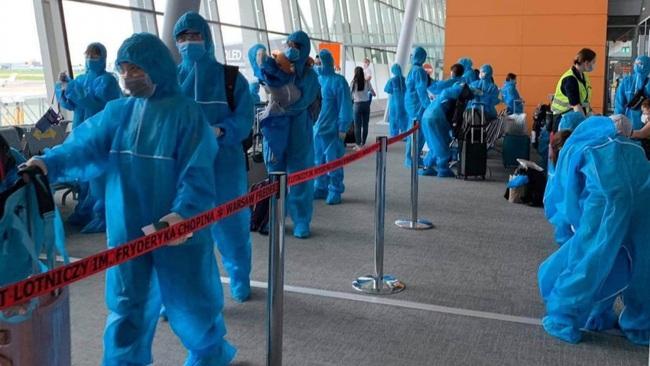 Vietnamese citizens at the airport. (Photo: baoquocte.vn)