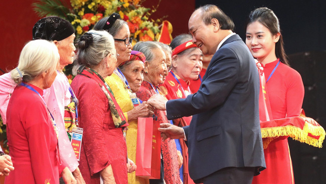 PM Nguyen Xuan Phuc presents gifts to Heroic Vietnamese Mothers. (Photo: VGP)