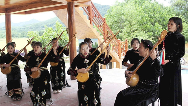 The local people giving Then singing performances to serve visitors at Huan's homestay.