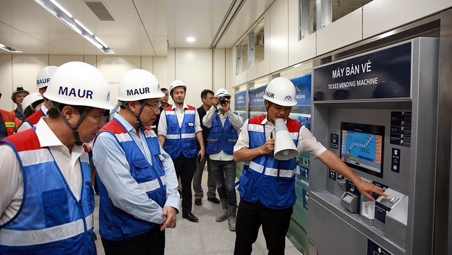Deputy PM Pham Binh Minh is introduced to a model ticket vending machine at the Opera House Station. (Photo: The World and Vietnam Report)