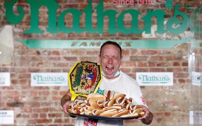 Sự thật khó tin, người đàn ông ăn 75 chiếc hot dog trong 10 giây - ảnh 3