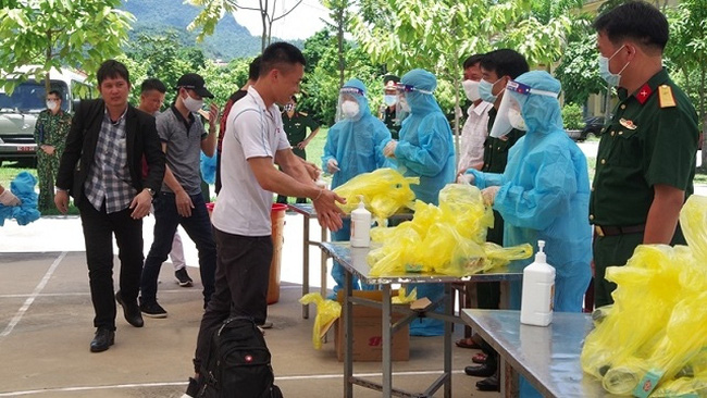 On July 17, 2020, Hoa Binh Province received and isolated 85 Vietnamese nationals being repatriated from Russia and Belarus. In this picture, the citizens carry out the prescribed procedures before entering a local isolation camp in Hoa Binh. (Photo: NDO/Anh Hao)