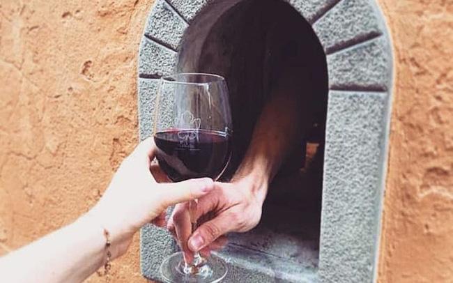 """Nhờ COVID 19, truyền thống uống rượu vang gần 400 năm tuổi của Italy được """"hồi sinh"""" - ảnh 4"""