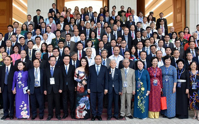 PM Nguyen Xuan Phuc (first row, seventh from left) joins a group photo with participants at the meeting. (Photo: NDO/Tran Hai)