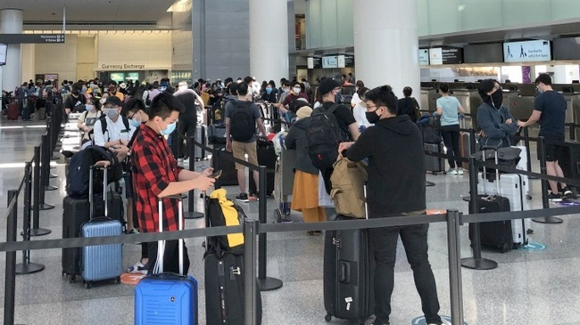 Passengers queue up for check in at the airport (Photo: VNA)