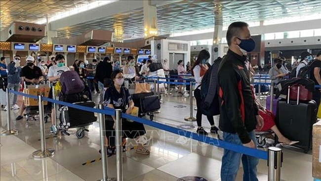 Vietnamese citizens check in at the airport. Illustrative image. (Photo: VNA)