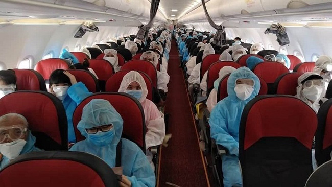 Vietnamese citizens on the repatriation flight home from Myanmar on July 30, 2020. (Photo: MOFA)