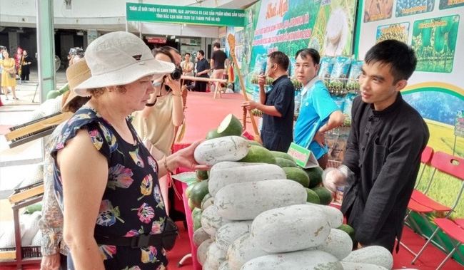 The programme has a scale of 11 agricultural stalls, including two booths at VinMart Times City supermarket (Hai Ba Trung District), and nine booths at VinMart Trung Hoa (Cau Giay District).