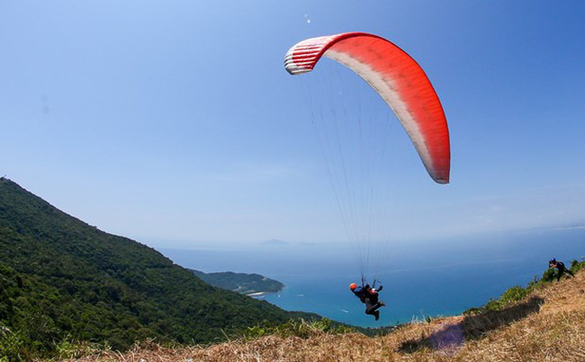 A paragliding performance at the tournament (Photo: VNA)