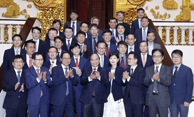 Prime Minister Nguyen Xuan Phuc (front, centre) hosts businesspeople from the Republic of Korea (Photo: VNA)