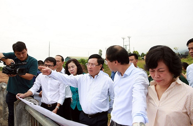 Deputy Prime Minister and Foreign Minister Pham Binh Minh inspects some border areas in Lao Cai Province. (Photo: VGP)