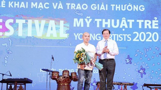 The first prize winner honoured at the awards ceremony (Photo: VNA)
