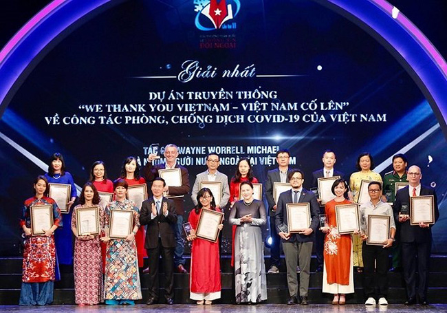 NA Chairwoman Nguyen Thi Kim Ngan (fifth from right, first row) and Head of the Party Central Committee's Commission for Communication and Education Vo Van Thuong (fourth from left) present the first prizes to the winning authors.