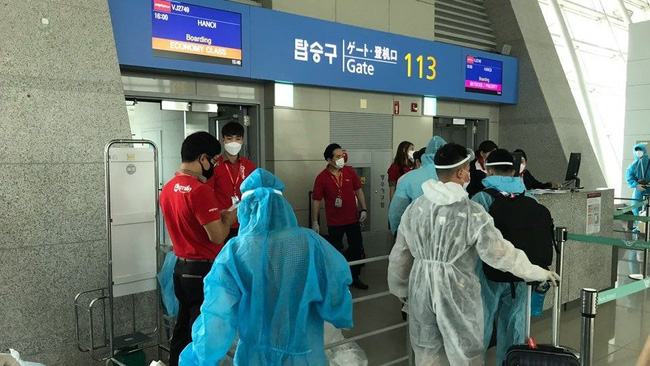 A total of 230 Vietnamese citizens were flown home from the RoK on August 1. (Photo: baoquocte.vn)