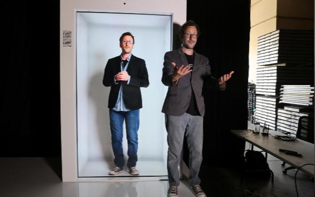 Sáng chế thời COVID-19: Họp nhóm bằng máy chiếu 3D ngay tại nhà - ảnh 4