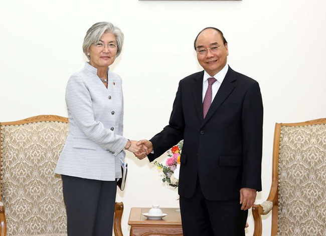 Prime Minister Nguyen Xuan Phuc (R) receives Foreign Minister of the Republic of Korea Kang Kyung-wha in Hanoi on September 17 (Photo: VNA)