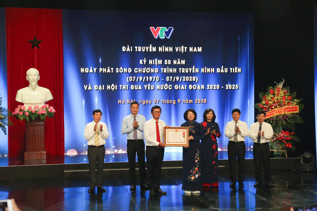 Vice State President Dang Thi Ngoc Thinh, First Vice President of the Central Council for Emulation and Commendation awarded the First-class Labor Medal of the President to the Vietnam Television.