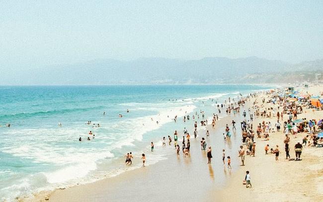 Thực hư việc tắm biển có thể lây COVID-19 - ảnh 2