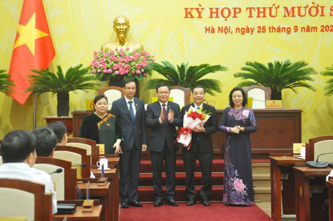 Deputy Secretary of the Hanoi Party Committee Chu Ngoc Anh (second from right) is elected as the Chairman of the Municipal People's Committee
