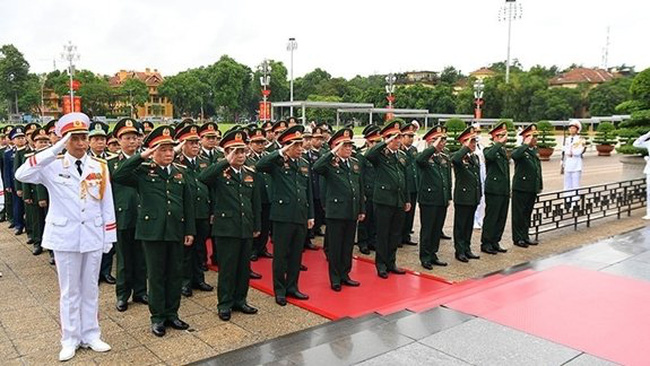 The delegation of the 11th Party Congress of the Vietnam People's Army, 2020 - 2025 tenure, paid tribute to President Ho Chi Minh at his mausoleum in Hanoi on September 27. (Photo: qdnd.vn)