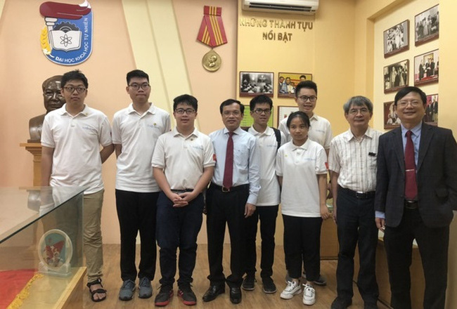 Vietnam's 2020 IMO team pose with representatives of the Ministry of Education and Training. (Photo: MOET)