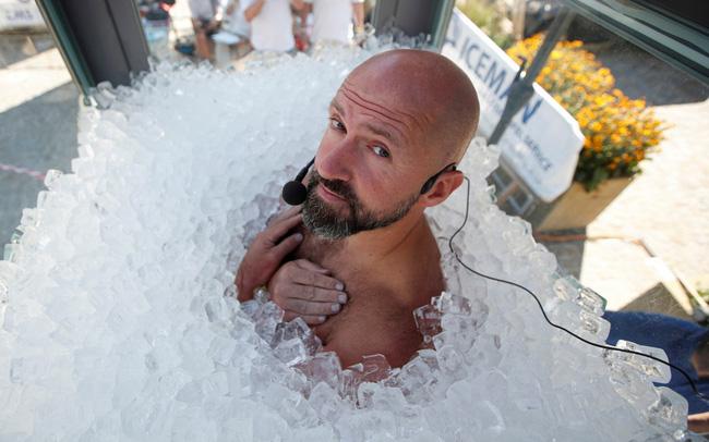Ngâm mình trong hộp đá lạnh hơn 2 tiếng 30 phút, người đàn ông Áo phá kỷ lục thế giới - ảnh 4